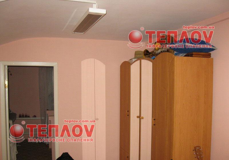 инфракрасные электрообогреватели могут иметь настенное, либо потолочное крепление